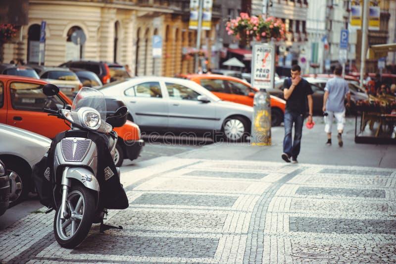 Parkerad motorisk sparkcykel på gatan i Prague som parkerar royaltyfri foto