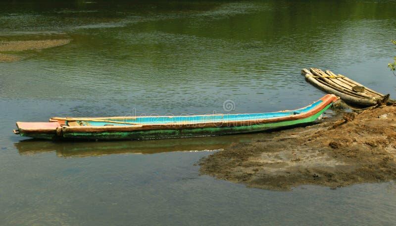 Parkerad traditionell träfartyg och katamaran på en flod för tillbaka vatten nära den karaikal stranden arkivfoto
