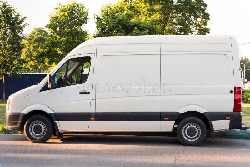 Parkerad vit lasttransport för affär arkivfoton