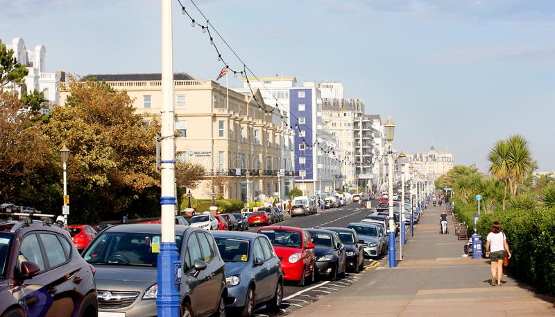 Parkerade bilar längs gatan i Eastbourne royaltyfri foto