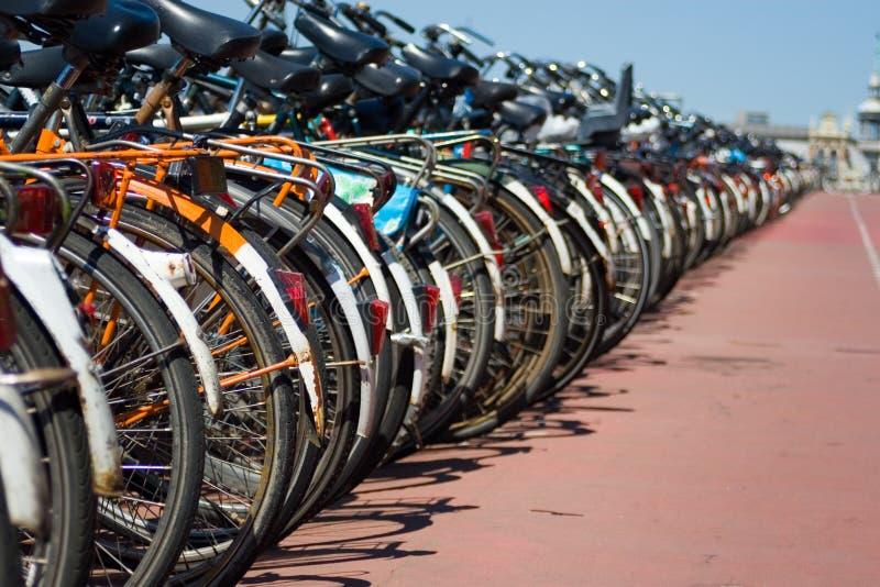 parkerade cyklar arkivfoto