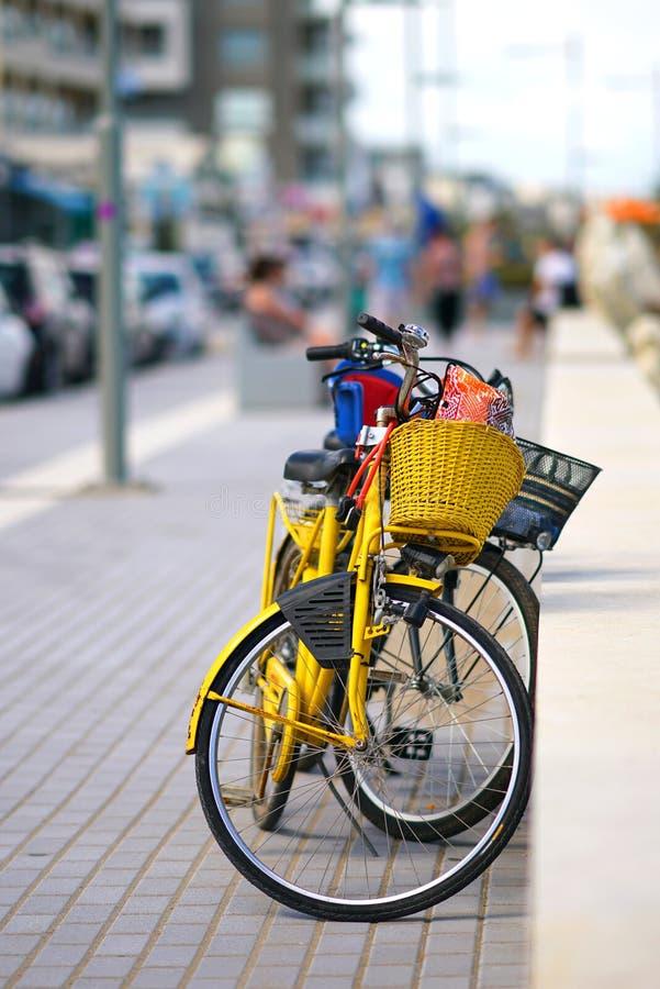 parkerade cyklar på promenaden av Rethimnon i Kreta arkivfoto