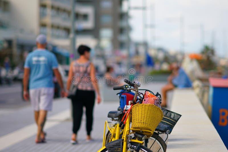 parkerade cyklar på promenaden av Rethimnon i Kreta arkivbilder