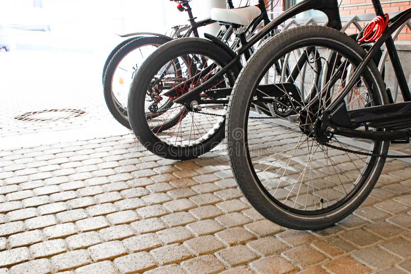 Parkerade cyklar p? trottoaren Cykelcykelparkering p? gatan arkivfoto