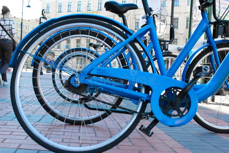 Parkerade cyklar p? trottoaren Cykelcykelparkering p? gatan royaltyfri bild