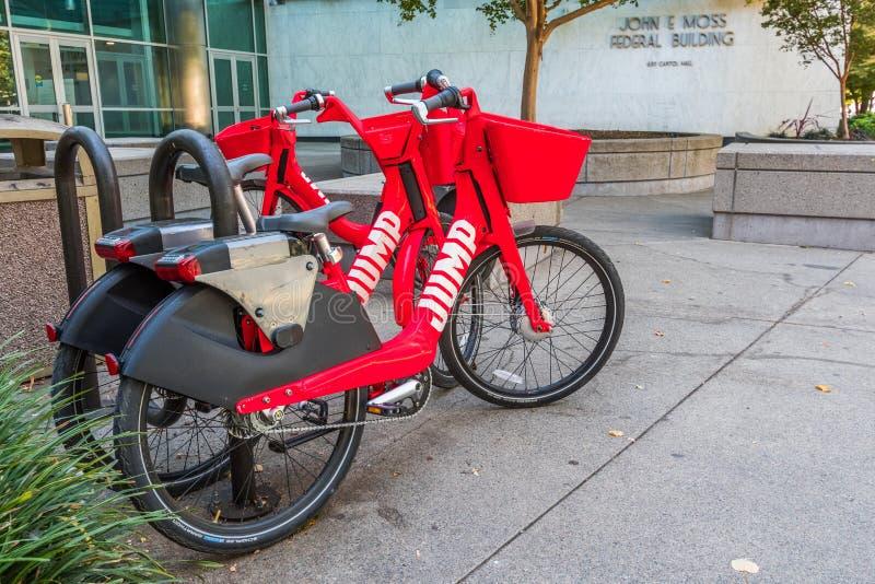 Parkerade elektriska cyklar för hopp arkivfoto