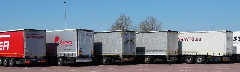 Parkerade lastbilar i Nederländerna arkivfoto