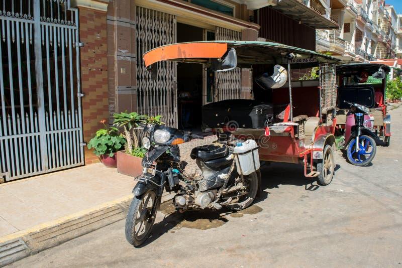 Parkerade tuk-tuks i Phnom Penh Cambodja royaltyfri bild