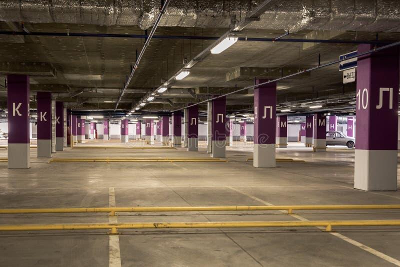 Parkerande underjordisk interior för garage arkivbilder