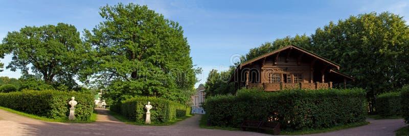 Parkerar av Moskva Nobelt gods Kuskovo Sikter av trädgården och det schweiziska huset royaltyfria bilder