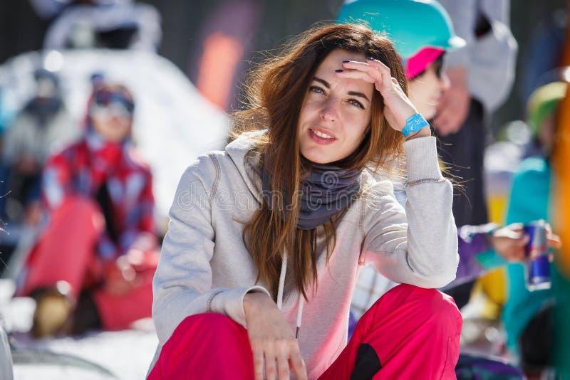 Parkerar den extrema sportfestivalen för vintern i bergsnö arkivfoto