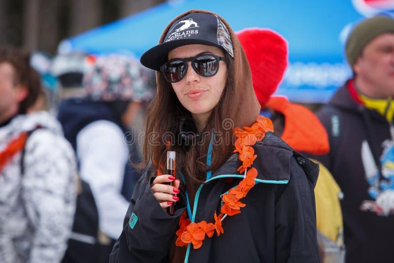 Parkerar den extrema sportfestivalen för vintern i bergsnö royaltyfri foto