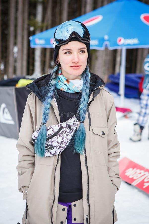 Parkerar den extrema sportfestivalen för vintern i bergsnö arkivfoton