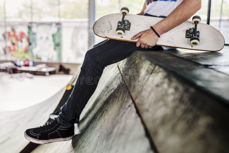 Parkerar den extrema sportskateboradåkaren för skateboarden fritids- aktivitet Conce arkivfoto