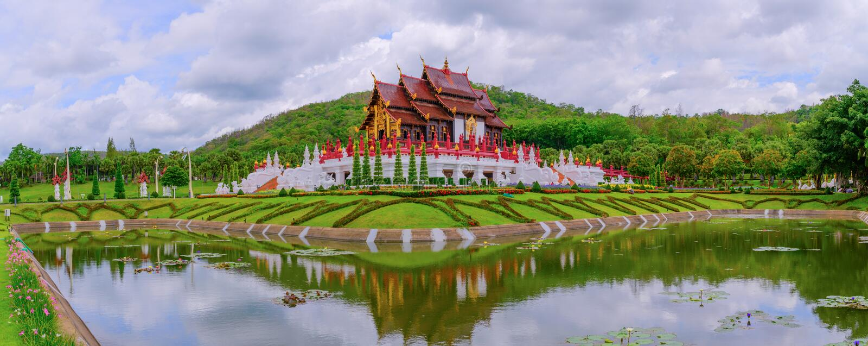 Parkerar den kungliga paviljongen för panorama i kunglig person Rajapruek fotografering för bildbyråer