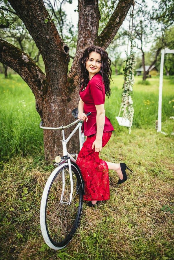 Parkerar den near cykeln för kvinnan in arkivbilder