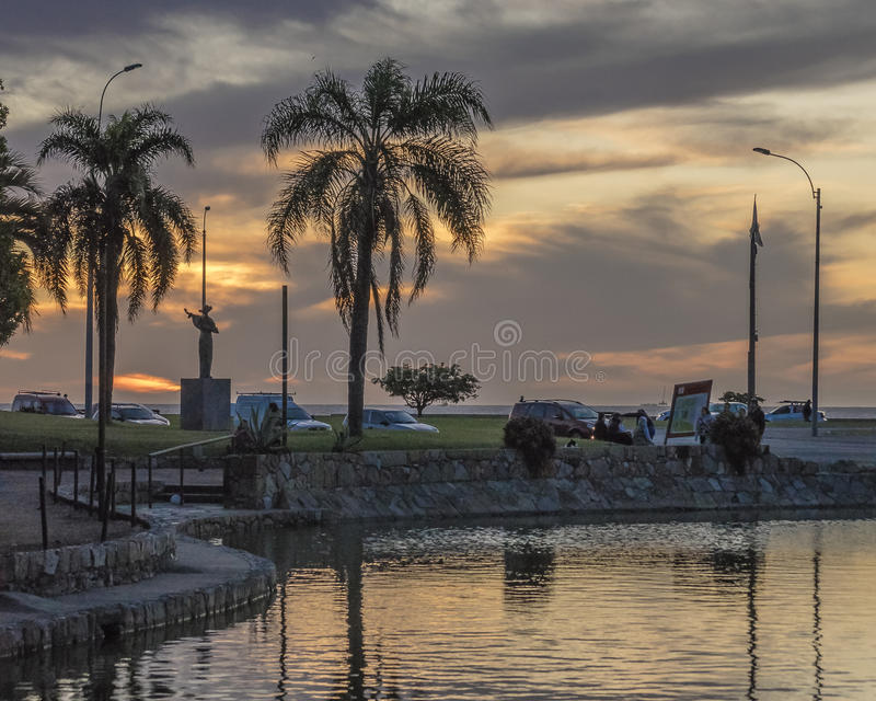 Parkerar den stads- platsen för solnedgången på i Montevideo arkivbild