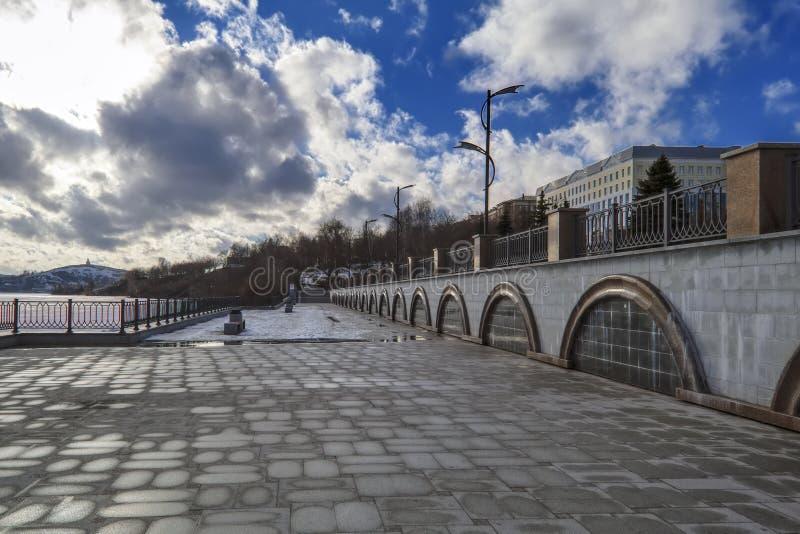 Parkerar den tidiga våren för aftoncityscape på stranden av staden fotografering för bildbyråer
