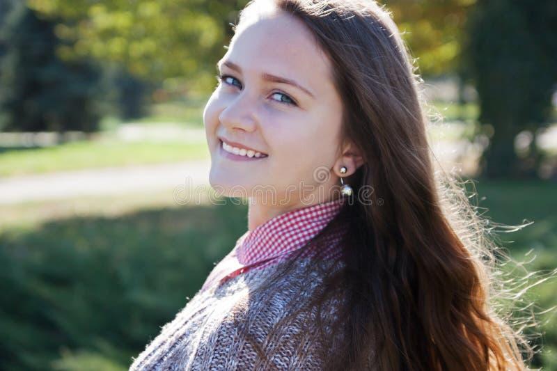 Parkerar den tonåriga flickan för ståenden i höst fotografering för bildbyråer