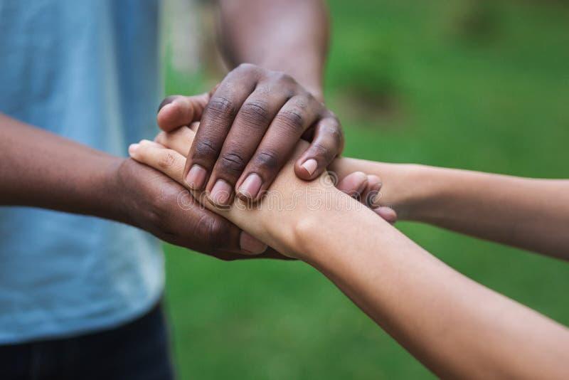 Parkerar den understödjande kvinnahanden för den svarta anhörigvårdaren in arkivfoton