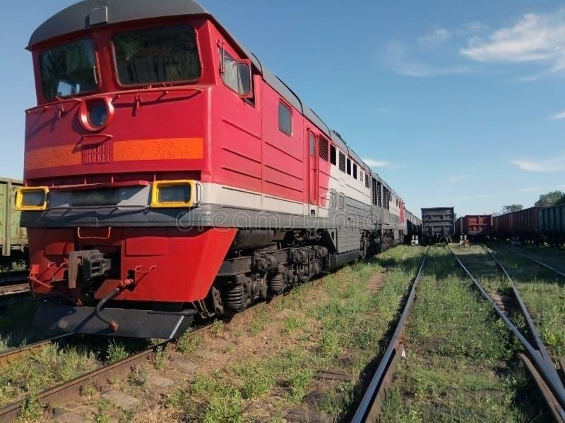 Parkerar det diesel- drevet för tappning som är rött i järnvägen motor lokomotiv arkivbilder