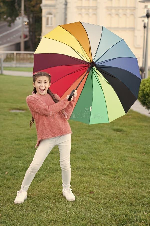 Parkerar g? f?r h?r f?r flickabarn l?ngt med paraplyet Optimistiskt stag som ?r positivt och F?rgrik ?tf?ljande positiv p?verkan royaltyfria foton