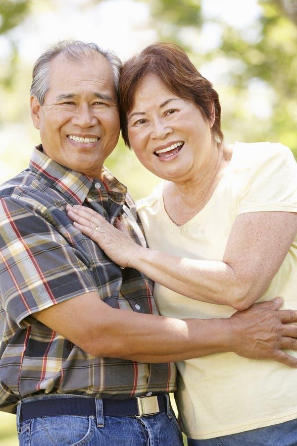 Parkerar höga asiatiska par för stående in royaltyfri fotografi