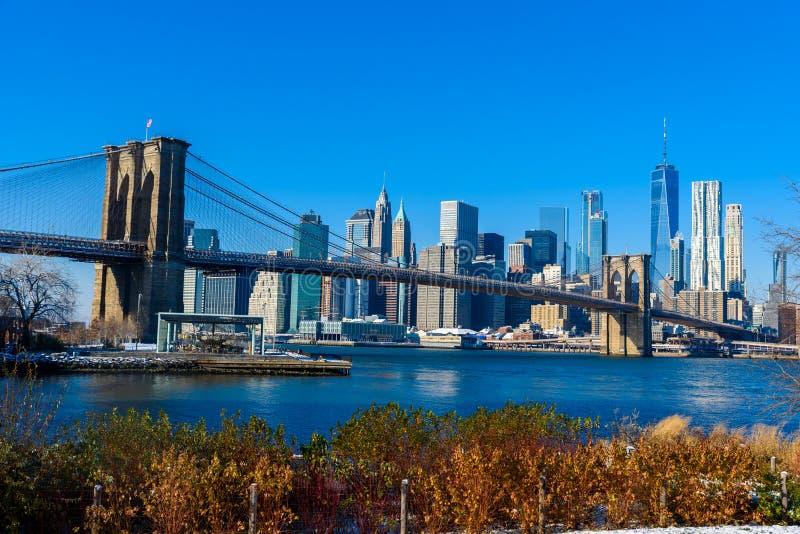 Parkerar i stadens centrum horisontpanorama för Lower Manhattan från den Brooklyn bron flodstranden, New York City, USA arkivfoton
