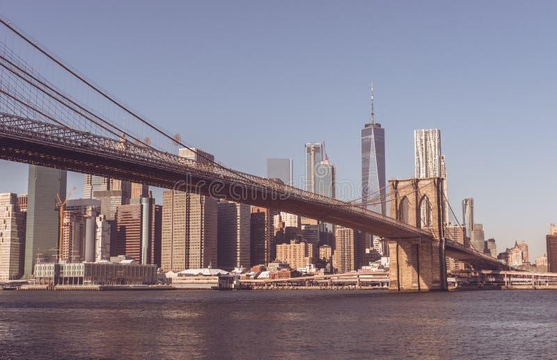 Parkerar i stadens centrum horisontpanorama för Lower Manhattan från den Brooklyn bron flodstranden, New York City, USA arkivbilder