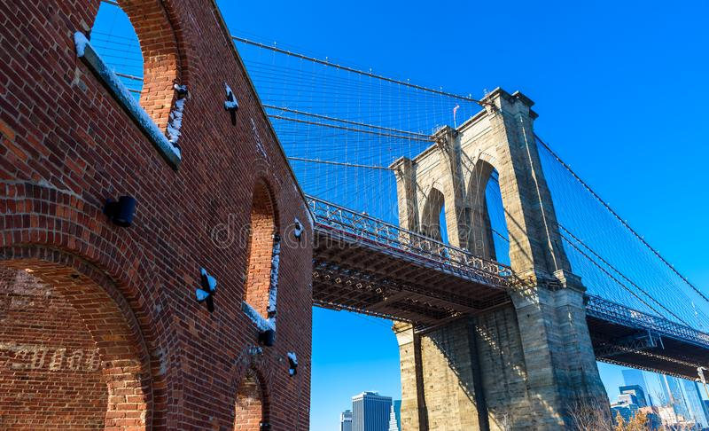 Parkerar i stadens centrum horisontpanorama för Lower Manhattan från den Brooklyn bron flodstranden, New York City, USA arkivfoto