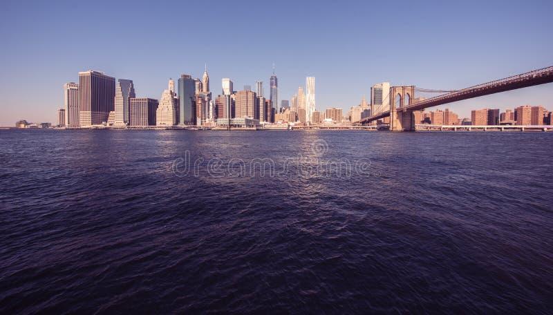 Parkerar i stadens centrum horisontpanorama för Lower Manhattan från den Brooklyn bron flodstranden, New York City, USA royaltyfria bilder