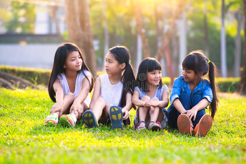 Parkerar lyckligt le barn som fyra in spelar royaltyfri bild
