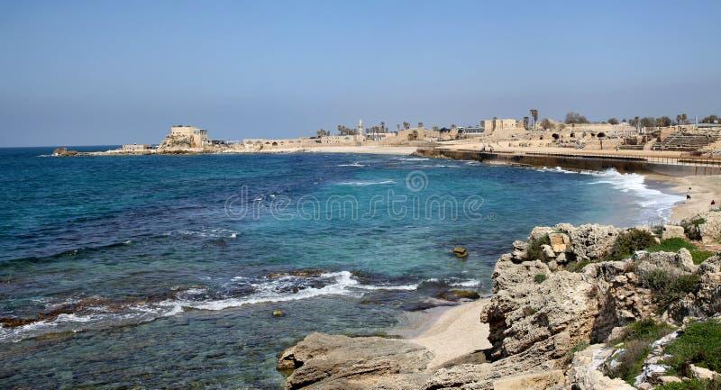 Parkerar nationellt arkeologiskt för panorama Caesarea, Israel royaltyfri fotografi