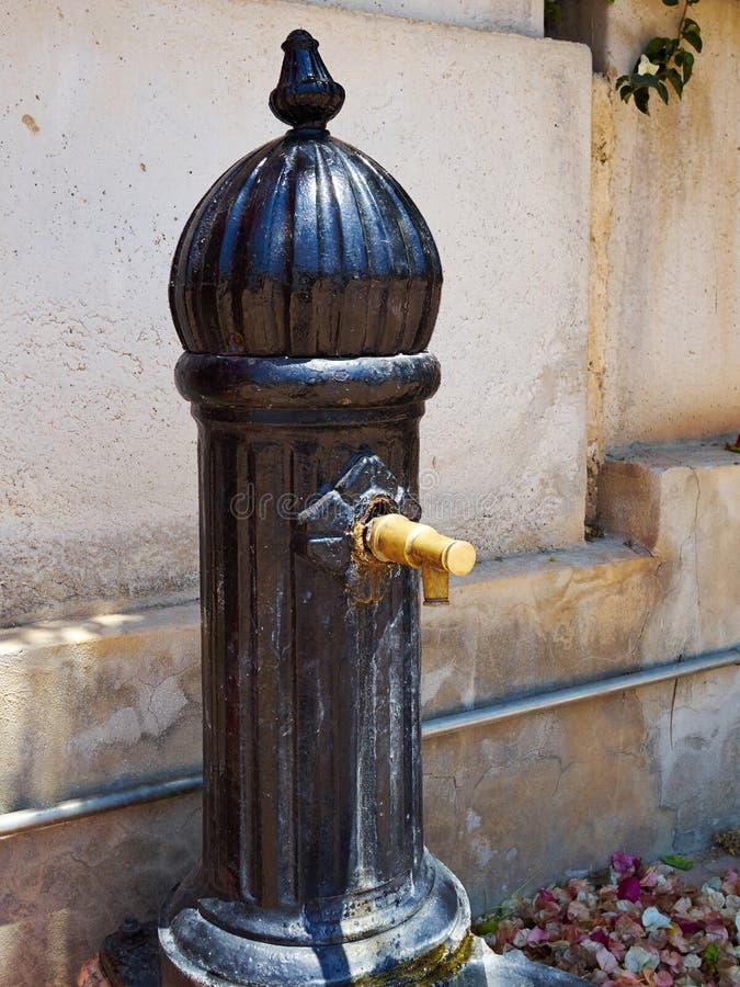 Parkerar offentlig gammal stil för tappning vatten som dricker springbrunnen Spanien fotografering för bildbyråer