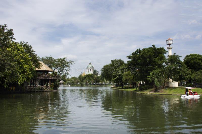 Parkerar roterande pedalfartyg för thailändskt folk i dammet på trädgården av den Dusit zoo eller Khao buller Wana med den Ananta fotografering för bildbyråer