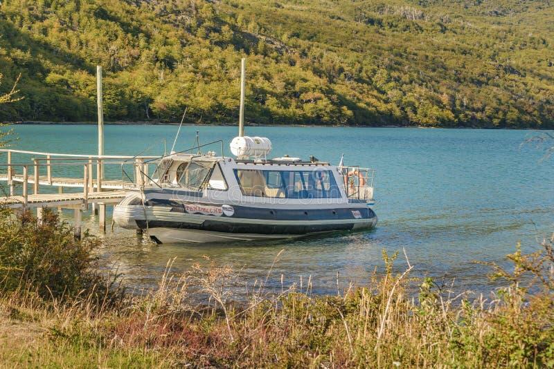 Parkerat fartyg, Lago del Desierto, Patagonia - Argentina fotografering för bildbyråer