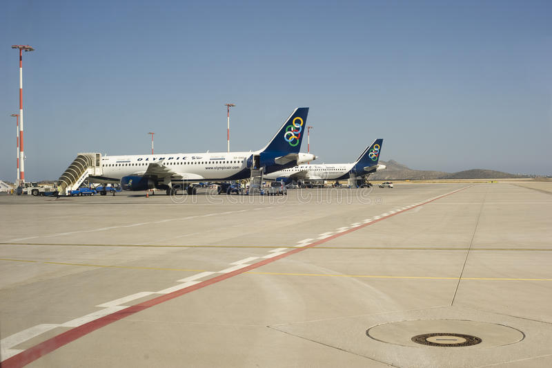 Parkerat hyvlar på flygplatsen royaltyfri fotografi