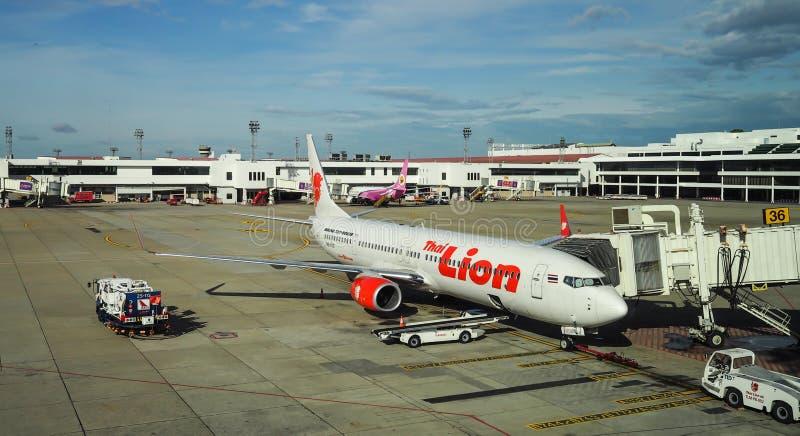 Parkeren van vliegtuig het Thaise Lion Airways op de Internationale Luchthaven van Bangkok (Don Muang) Bangkok royalty-vrije stock afbeelding
