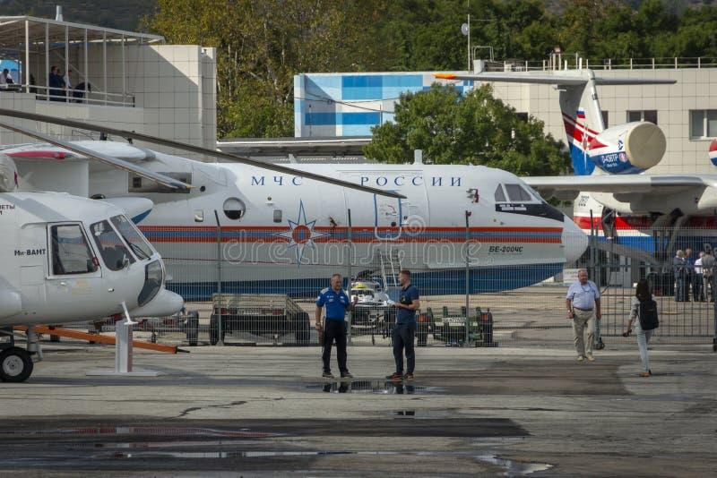 Parkeren van vliegtuigen en helikopters op de kust van de Zwarte Zee royalty-vrije stock afbeeldingen