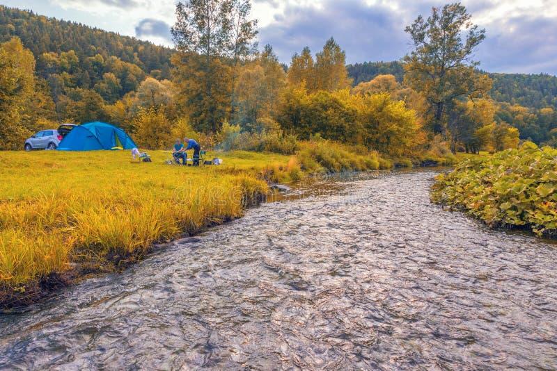 Parkeren voor rust op de rivierbank royalty-vrije stock foto