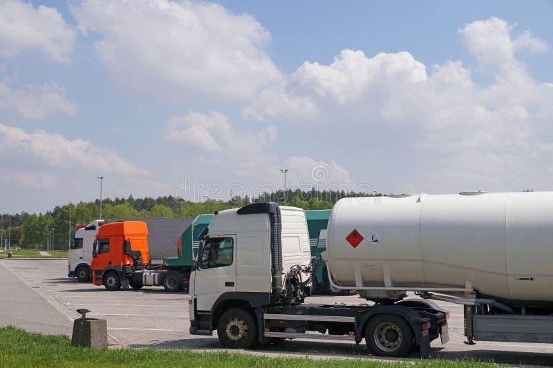 Parkeren voor vrachtwagens Een verscheidenheid van vrachtwagens terwijl het rusten op gaan royalty-vrije stock afbeeldingen