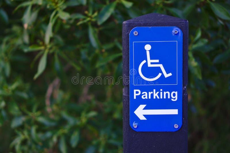 Parkering f?r r?relsehindrat folk undertecknar royaltyfria bilder