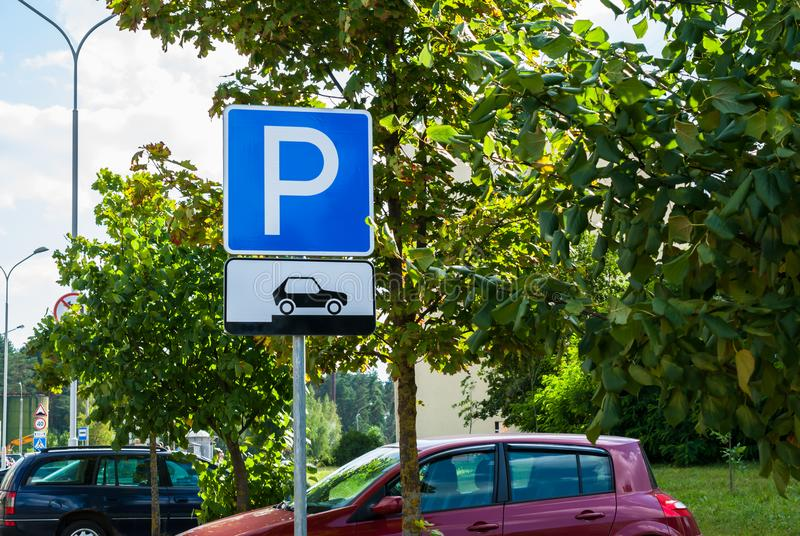 Parkering för vägtrafiktecken för bilar på en visning för stadsgatabakgrund hur man förlägger korrekt deras medel royaltyfri bild