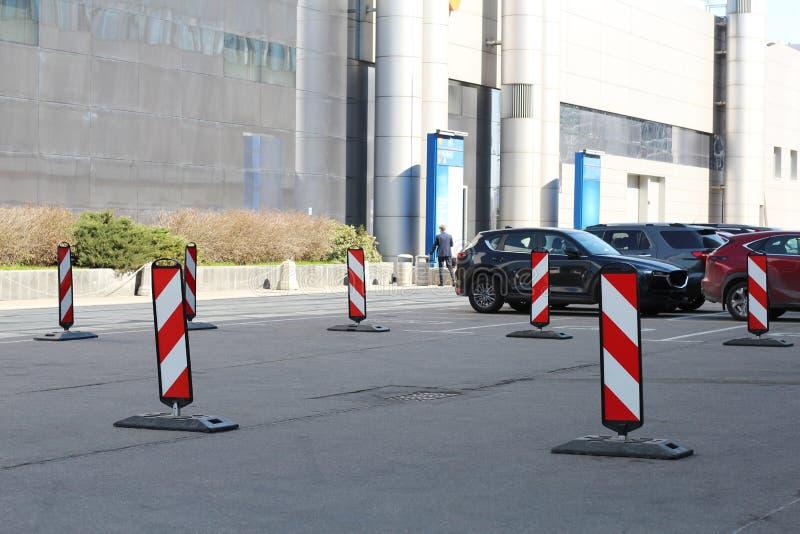 parkering Hinderomväg på rätsidan royaltyfria foton