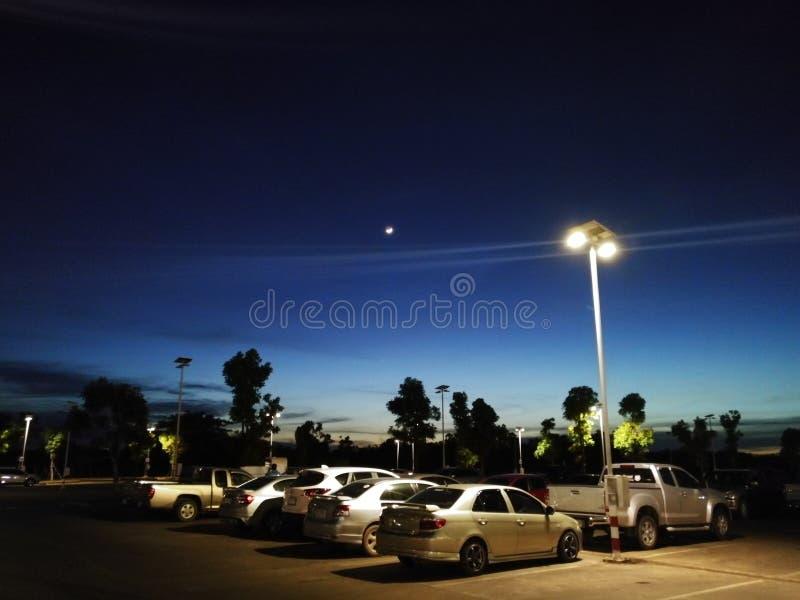Parkering i den tidiga aftonen fotografering för bildbyråer