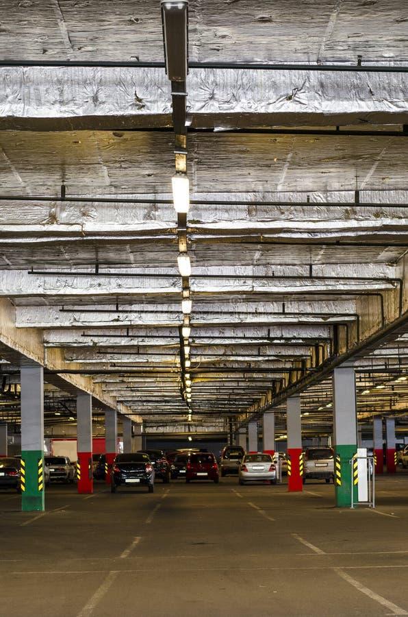 Parkering i gallerian Dold underjordisk parkering för bilar arkivfoto