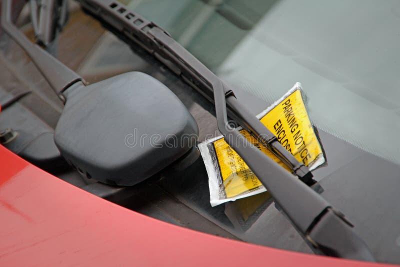 Parkeringsböteslapp på vindrutan fotografering för bildbyråer