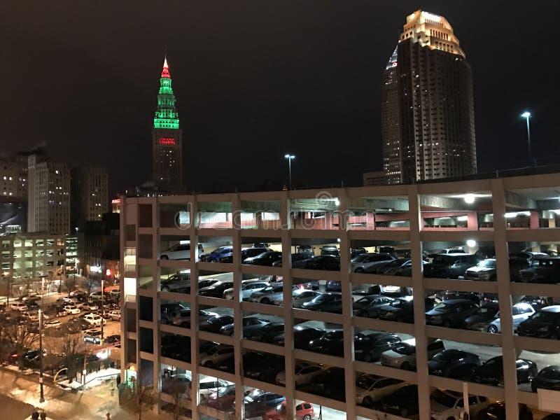 Parkeringsgarage på natten, Cleveland, Ohio royaltyfria bilder