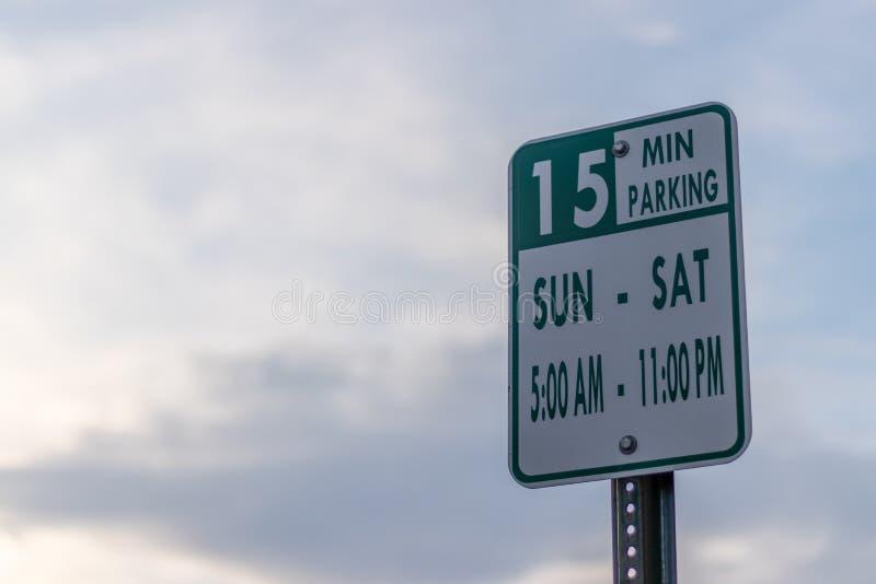 Parkeringsgatatecknet med timme och dagar härskar för att parkera arkivfoton