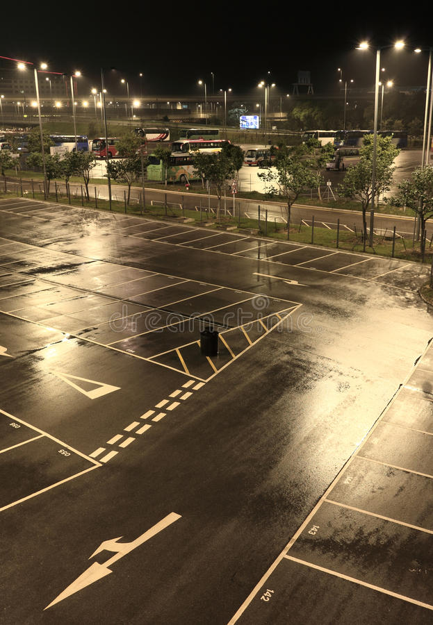 Parkeringshus på natten royaltyfri fotografi